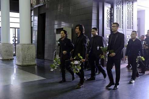 Các thành viên còn lại trong ban nhạc Bức Tường, những người đã gắn bó với anh trong suốt chặng đường kéo dài 20 năm tới tiễn đưa anh với nhành hoa ban trên tay. Đây là loài hoa sinh thời, rocker sinh năm 1974 rất thích. Họ cũng cất công trồng một cây hoa ban bên phần mộ của anh.
