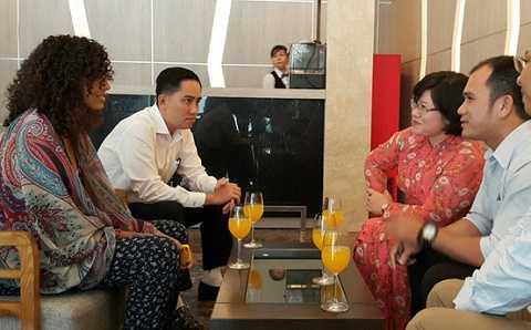 Bà Văn Thị Bạch Tuyết (phải) xin lỗi nữ du khách Ai Cập ngày 16/3