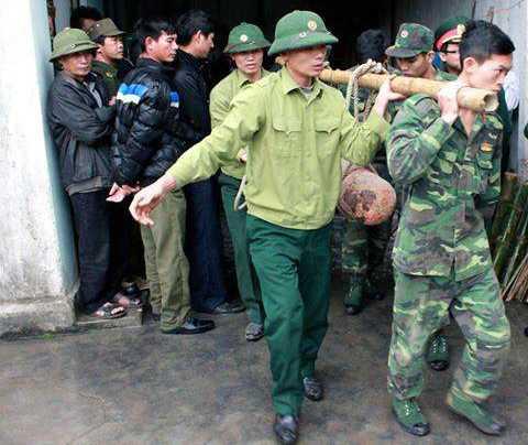 Lực lượng công binh di dời 3 quả bom ra khỏi cơ sở thu mua sắt vụn an toàn