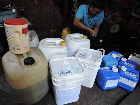 Các thùng chứa gia vị chưa rõ nguồn gốc của cơ sở rang cà phê