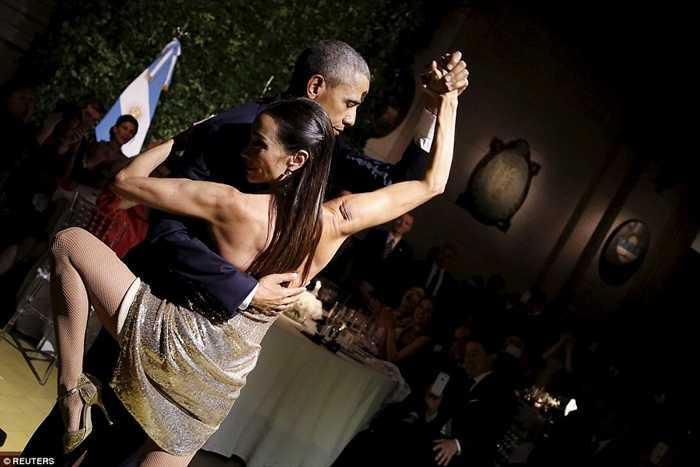 Ông Obama nhận lời mời của vũ công và tham gia điệu Tango truyền thống của Argentina
