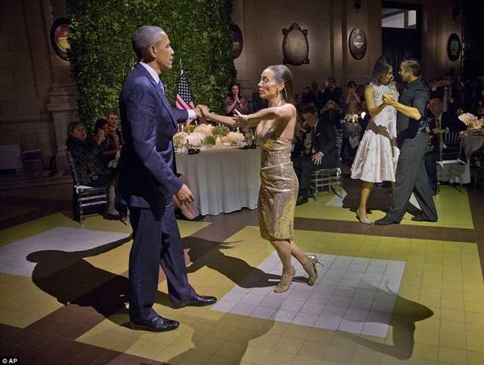 Vợ chồng Tổng thống Obama nhảy điệu Tango cùng các vũ công Argentina