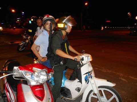 Lực lượng CSCĐ ra quân trấn áp tội phạm đêm khuya. Ảnh: Phan Cường