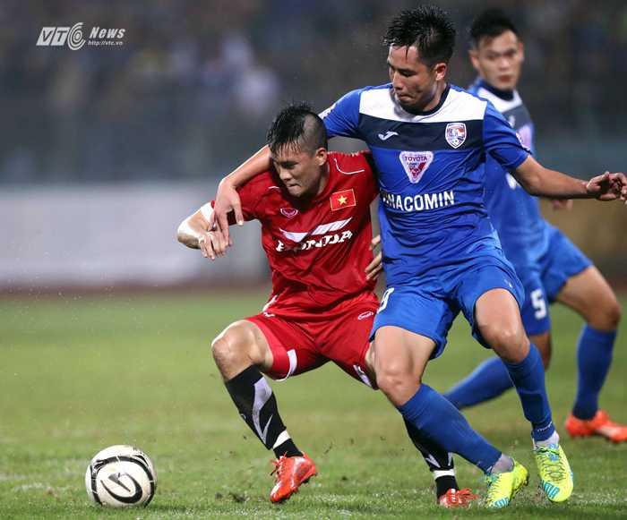 Công Vinh đi bóng qua cầu thủ Than Quảng Ninh (Ảnh: Quang Minh)