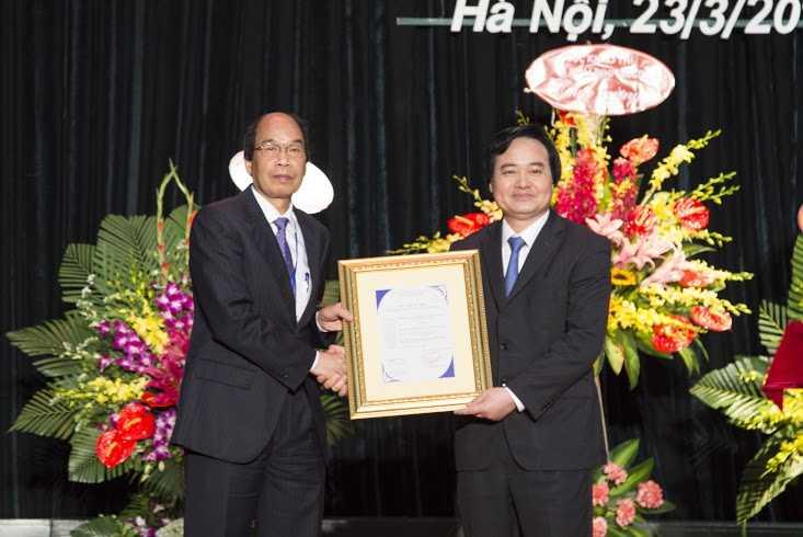 Giám đốc Đại học Quốc gia Hà Nội Phùng Xuân Nhạ (phải) trao quyết định công nhận đạt tiêu chuẩn chất lượng giáo dục cho Hiệu trưởng Đại học Giao thông Vận tải.