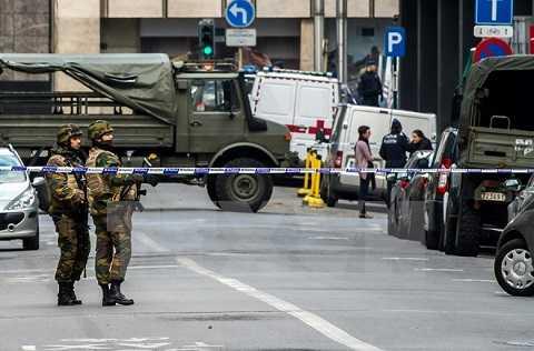 Cảnh sát Bỉ phong tỏakhu vực ga tàu điện ngầm Maelbeek ở Brussels sau vụ tấn công ngày 22/3. (Nguồn: AFP/TTXVN)