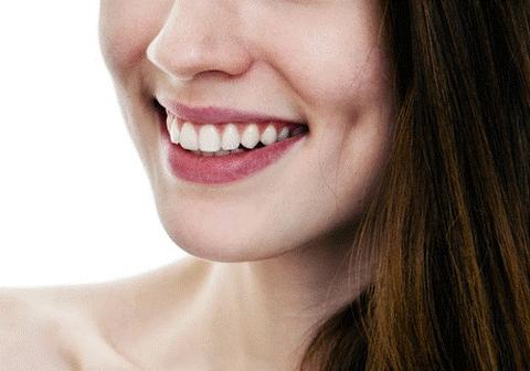 Nụ cười má lúm làm tăng thêm vẻ cuốn hút của các cô gái.