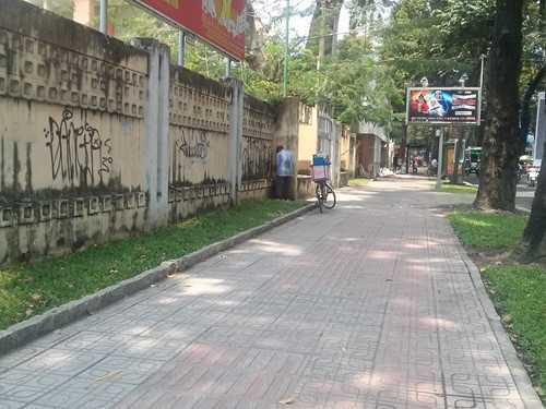 Vỉa hè đường Võ Văn Tần (Q.3) trở thành điểm lui tới thường xuyên của những người tiểu bậy