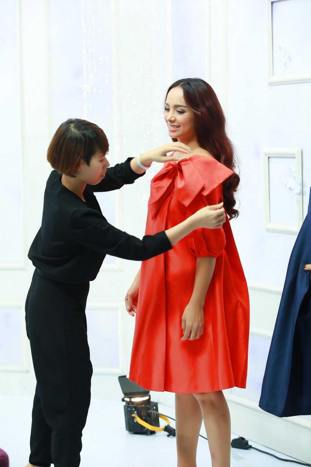 Để kịp giờ ghi hình số 7 cho phiên bản mới của chương trình, 5h sáng hôm qua (24/3), Thuý Hạnh bay từ Sài Gòn ra Hà Nội. Chưa kịp nghỉ ngơi, chị vội vàng make-up, thay đồ để xuất hiện cùng chị gái Thuý Hằng tại trường quay.