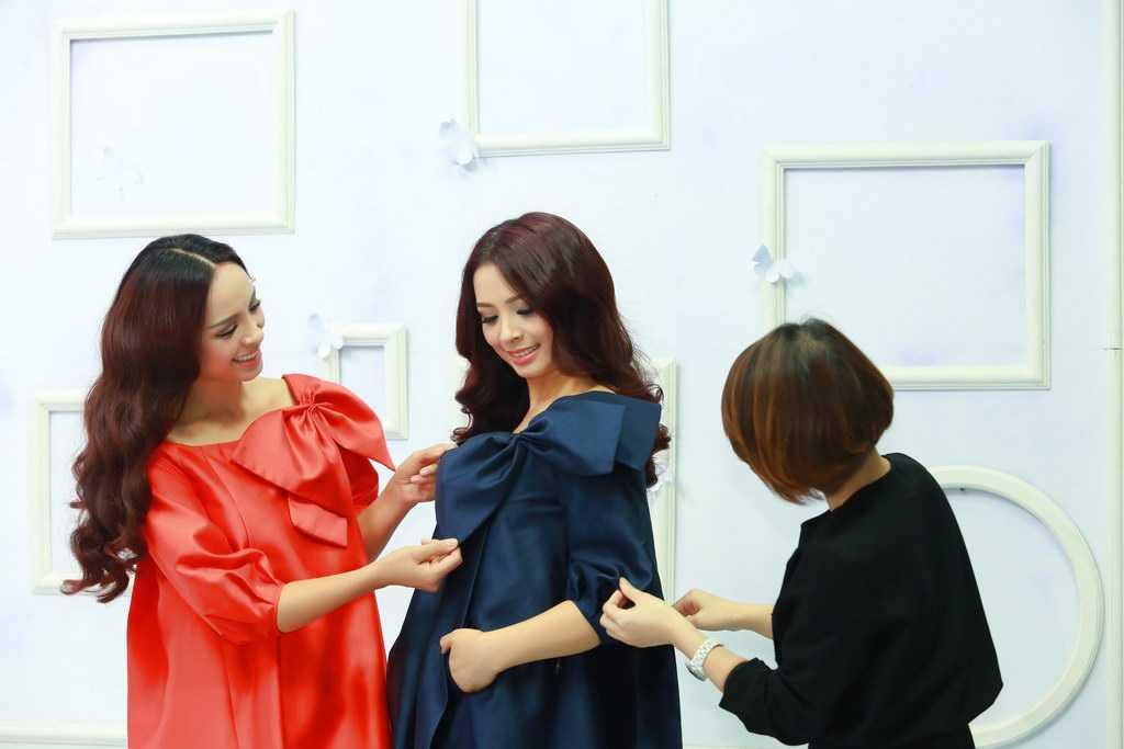 Không chỉ ăn ý trong việc lựa chọn trang phục và make-up ăn, cả hai còn hợp nhau trong việc tung hứng khi bàn luận về những vấn đề làm đẹp của phụ nữ với vị khách mời - stylist Tôn Hiếu Anh.