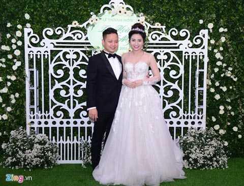 Trong tháng 3 này, nhiều người đẹp Việt   lên xe hoa với các đại gia nổi tiếng giàu có. Mới đây, Á hậu vũ Việt Nam   2015 - Trà My đã tổ chức hôn lễ với doanh nhân Lê Hoàn (quê Hải Dương).   Thông tin này nhanh chóng gây xôn xao giới showbiz và được dư luận quan   tâm. Ảnh: Zing.