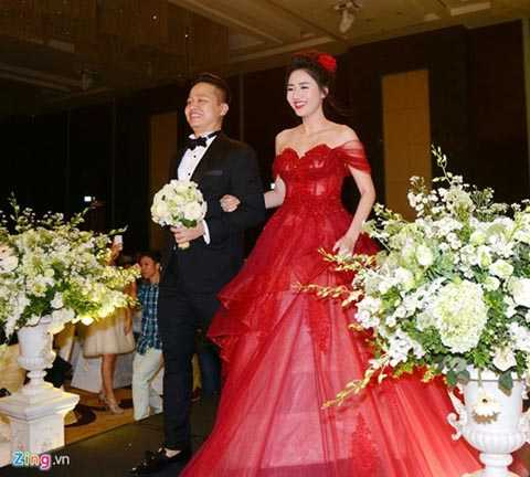 Trước khi diễn ra đám cưới, Trà My khá   kín tiếng và hầu như ít tiết lộ thông tin về doanh nhân Lê Hoàn. Chính   vì thế, những thông tin về ông xã của Á hậu càng khiến công chúng tò mò.   Được biết, chồng Á hậu Trà My xuất thân trong gia đình giàu có, anh   cũng sở hữu khối tài sản khiến nhiều người kiêng nể. Để tổ chức đám cưới   với người đẹp, chú rể Lê Hoàn đã tổ chức đám cưới tại khách sạn hạng   sang ở Hà Nội. Ảnh: Zing.
