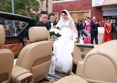Lễ rước dâu của cặp đôi khiến nhiều   người không khỏi choáng váng khi chú rể Lê Hoàn đón Trà My bằng xe sang   Rolls-Royce Phantom mui trần, ước tính giá trị khoảng hơn 30 tỷ đồng.