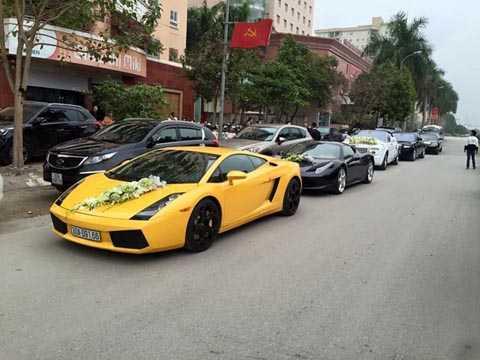 Hàng chục chiếc xế sang như: Lamborghini,   Limousine, Rolls-Royce, Rangerover, Porsche nối đuôi nhau trong buổi   hỏi vợ của doanh nhân Lê Hoàn gây xôn xao. Ảnh: Lao Động.