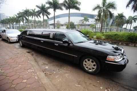 Trước đó, vào ngày ăn hỏi của cặp   đôi, chồng đại gia của Á hậu Trà My lái chiếc Limousine màu đen sang   trọng, đắt tiền. Ảnh: Báo Đất Việt.