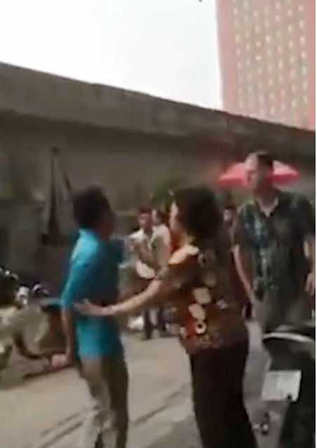 Người đàn ông mặc áo xanh đang đuổi theo, thách thức vị khách nước ngoài.