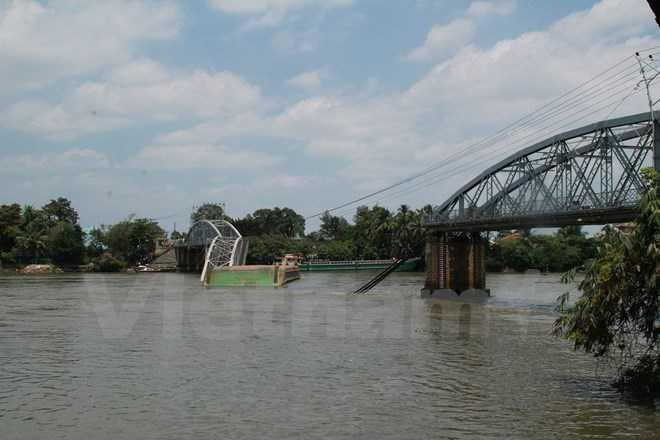 Chiếc sà lan bị chết máy đã đâm sập 2 nhịp giữa Cầu Ghềnh bắc qua sông Đồng Nai. (Ảnh: Sỹ Tuyên/Vietnam+)
