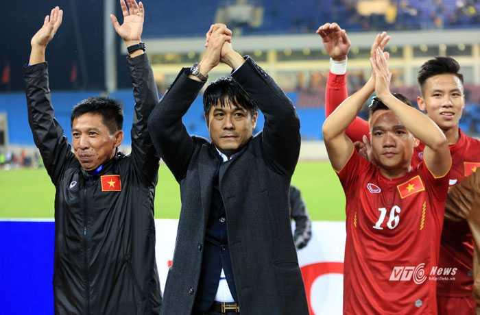 Hữu Thắng dẫn cầu thủ đi cảm ơn người hâm mộ (Ảnh: Phạm Thành)