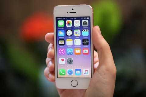 iPhone SE được chào giám 10,5 - 11,5 triệu đồng cho bản 16 GB. Ảnh: WSJ.