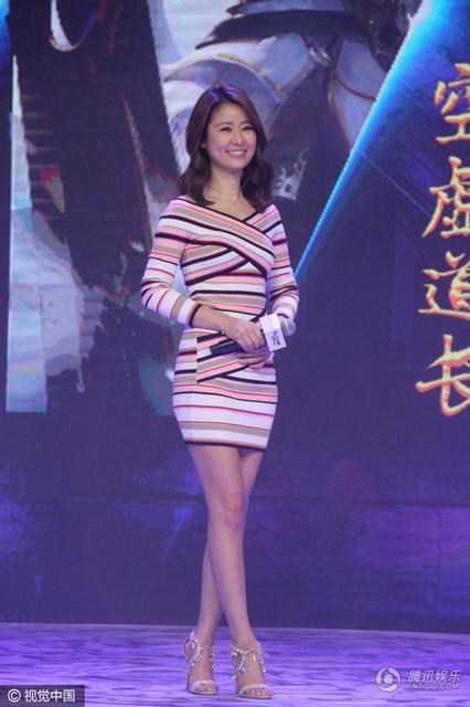 Đây là lần hiếm hoi Lâm Tâm Như mặc váy ôm sát, khoe khéo những đường cong gợi cảm và đôi thân thon dài. Có vẻ như người đẹp tăng cân hơn trước.