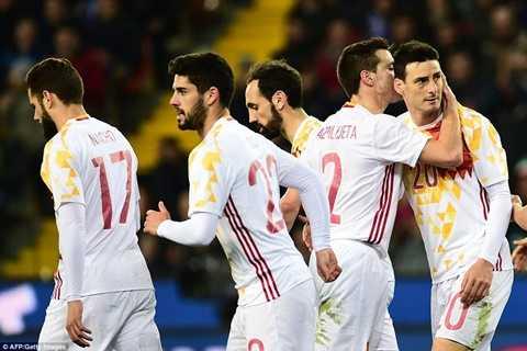Aduriz được đồng đội chúc mừng sau bàn thắng