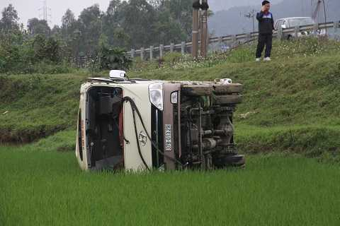 Hiện trường xe khách rơi xuống ruộng, sâu so với mặt đường 3m