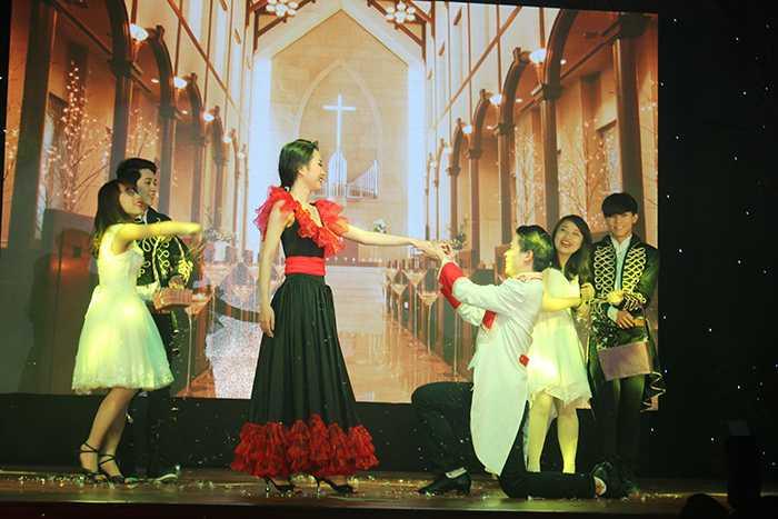 Các nữ sinh này đã thể hiện những tiết mục vô cùng hấp dẫn trong phần thi tài năng như nhảy dance sport, múa, hát, ảo thuật...