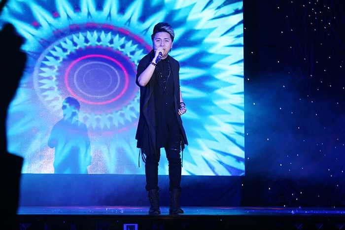 Sự xuất hiện của ca sỹ Minh Vương khiến sân khấu trở nên sôi động hơn.