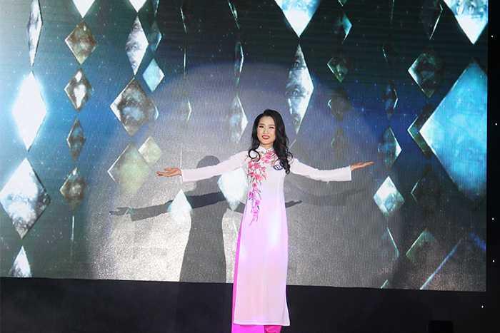 Các thí sinh trở nên duyên dáng hơn trong phần thi Trang phục áo dài.