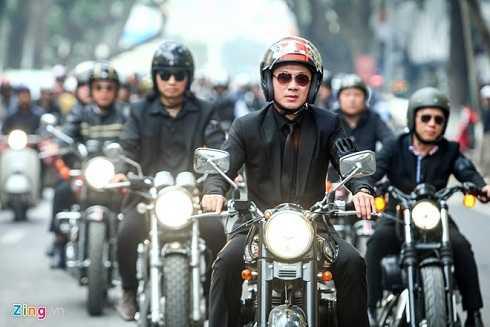 MC Anh Tuấn điều khiển chiếc xe của Trần Lập, dẫn đầu đoàn xe tiễn đưa rocker về với đất mẹ. (Ảnh: Zing)