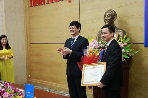 Lê Xuân Đại phó Chủ tịch UBND tỉnh Nghệ An trao bằng khen của Chủ tịch tỉnh Nghệ An cho Tổng Công ty Viễn thông MobiFone