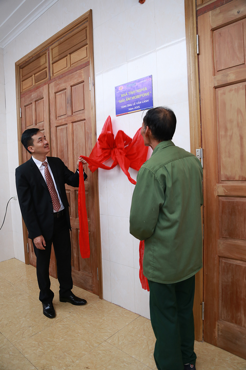 Ông Nguyễn Mạnh Hùng – PTGĐ MobiFone bàn giao nhà cho ông Lê Văn Cảnh