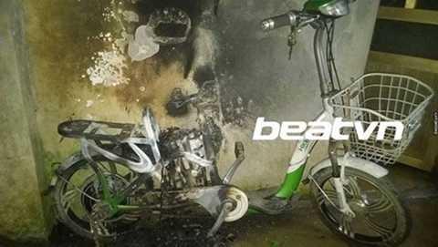 Hình ảnh một chiếc xe đạp điện bị cháy với chú thích