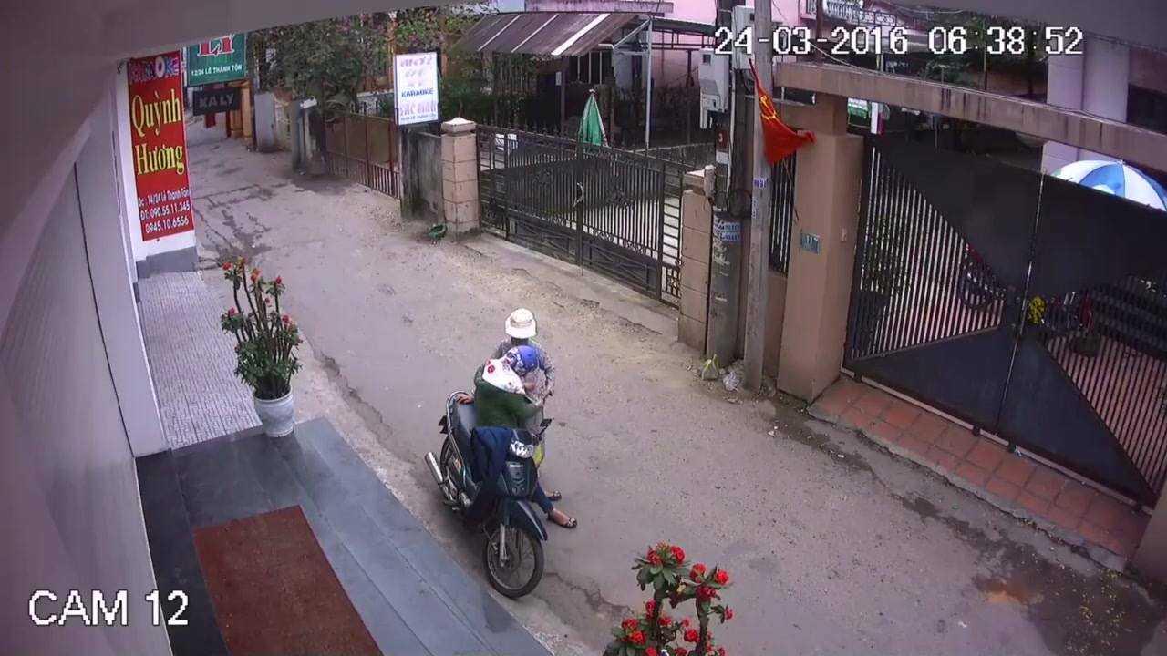 Người phụ nữ bịt mặt thản nhiên móc túi lấy tài sản của bà Chiện mà không gặp phải sự phản kháng nào. (Ảnh cắt từ video clip).
