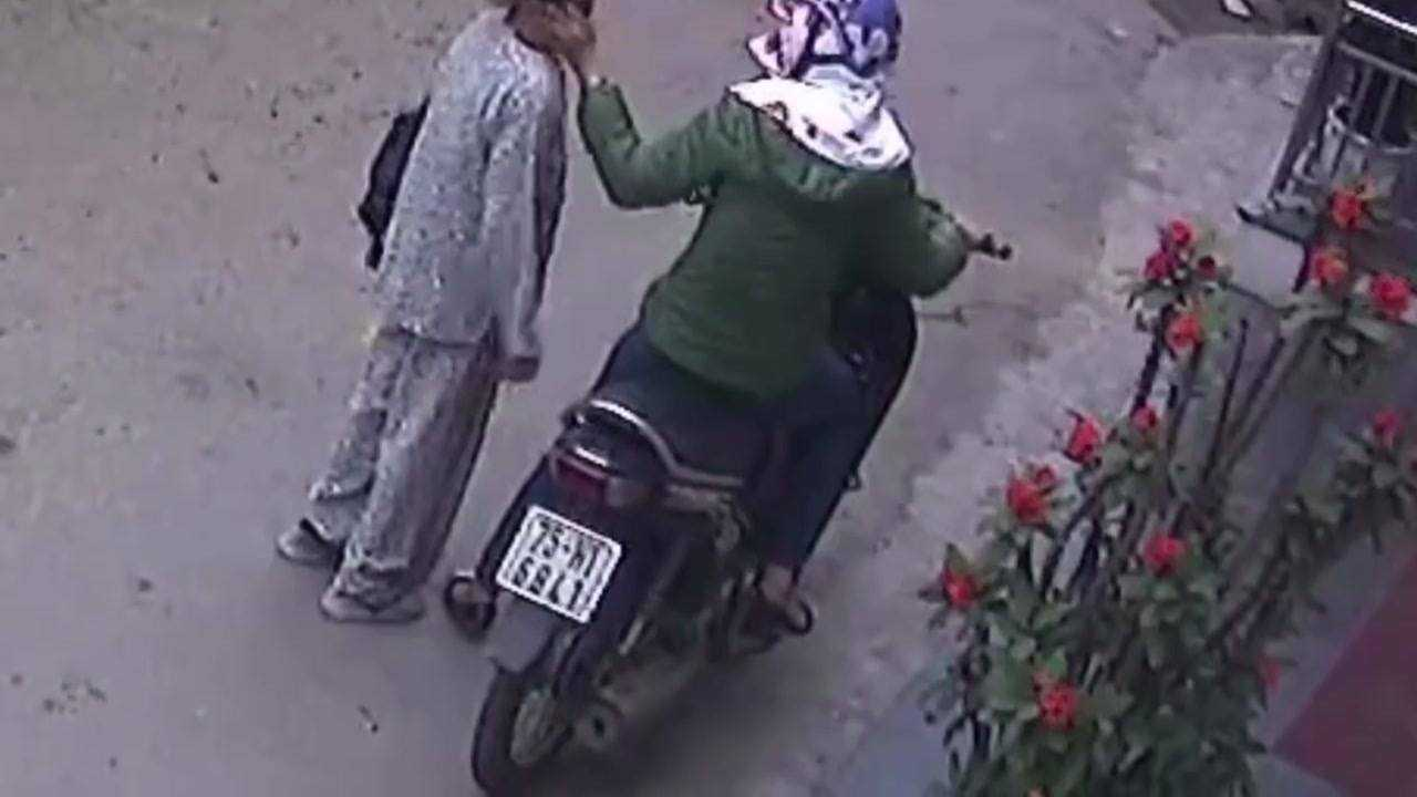 Camera ghi lại biển số xe của người đàn bà bịt mặt.