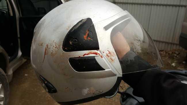 Chiếc mũ bảo hiểm của anh Hoàng nhem nhuốc vết máu. Ảnh: Lao Động