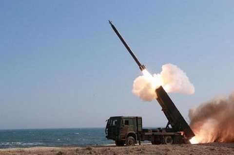 Một vụ thử tên lửa dưới sự giám sát của lãnh đạo Kim Jong Un Ảnh: Reuters