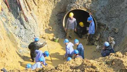 Khắc phục sự cố vỡ đường ống nước sông Đà - Ảnh: Vietnamnet