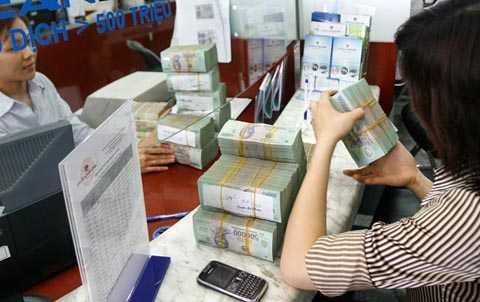 Các chuyên gia tài chính cho rằng, một trong những lý do tăng lãi suất huy động hiện nay là do ngân hàng đang khan vốn. Ảnh: N.Ý
