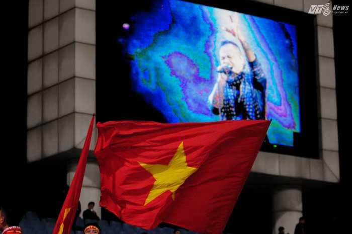 Hình ảnh nhạc sỹ Trần Lập được phát trên màn hình lớn khi ca khúc 'Đường đến ngày vinh quang' vang lên - Ảnh: Tùng Đinh