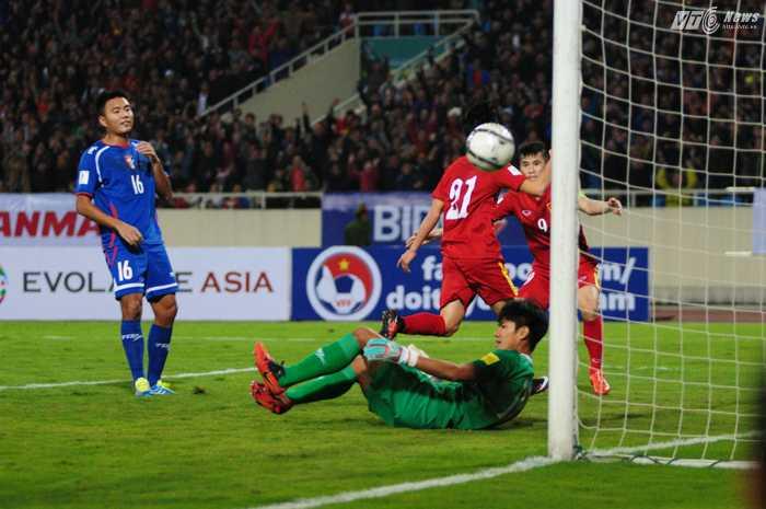 Hai tiền đạo của đội tuyển Việt Nam ăn mừng sau bàn nâng tỷ số lên 2-1 của Văn Toàn - Ảnh: Tùng Đinh