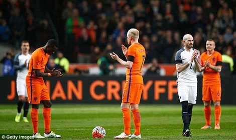 Trận đấu tạm dừng ở phút 14 để tưởng nhớ Johan Cruyff