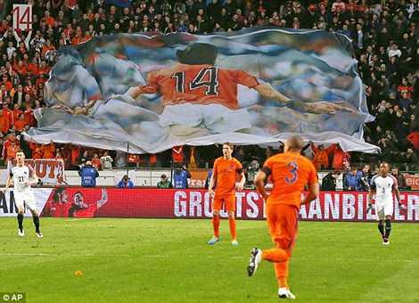 Banner khổ lớn với hình ảnh Thánh Johan được truyền đi khắp các khán đài