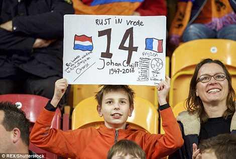 Fan nhí của đội tuyển Hà Lan cũng tri ân huyền thoại số 14