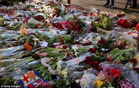 Những bó hoa bày tỏ lòng thương tiếc của người hâm mộ