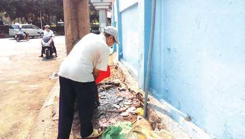 Hậu quả của tiểu bậy là múc nước xả sạch. Ảnh: Việt Văn.