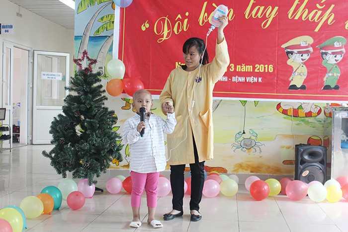 Trẻ nhỏ cũng đã tự tin, mạnh dạn lên sân khấu thể hiện các ca khúc quen thuộc.