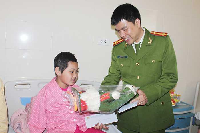 Trung Tá, TS Lê Quốc Huy đã trực tiếp đến từng phòng thăm hỏi và tặng quà các em nhỏ.