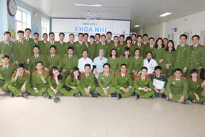 Cán bộ, học viên Học viện Cảnh sát chụp ảnh cùng các bác sỹ tại khoa Nhi, bệnh viện K3 - Tân Triều.