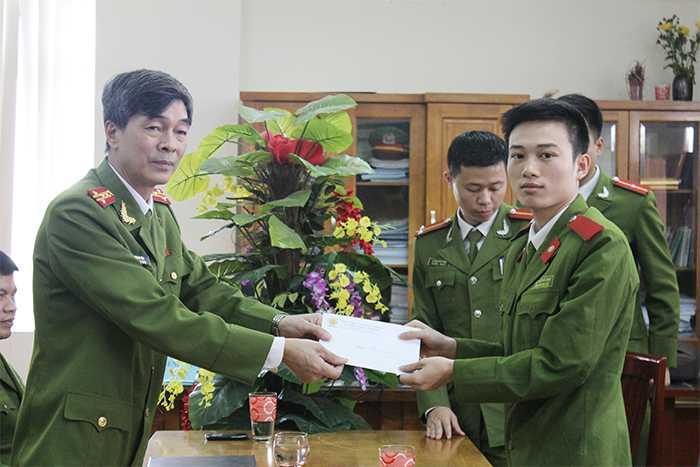 Trước đó, tại Học viện Cảnh sát Nhân dân, Đại tá, TS Hà Lương Tín trao tặng phần quà của khoa tới học viên Nguyễn Hữu Đạo (học viên khoa Kỹ thuật hình sự) đang điều trị bệnh Ung thư dạ dày.